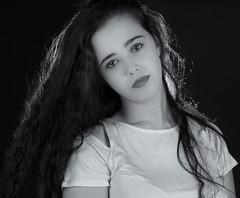 Barbara  080916-6955 (Eduardo Estéllez) Tags: mujer joven busto retrato pelolargo mirada tranquila serena posado modelo bonita hermosa monocromo blancoynegro persona espaã±ola caceres extremadura espaã±a barbara estellez eduardoestellez