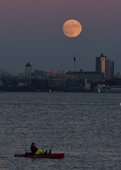 Fishing while the Supermoon was rising at Brooklyn Bridge on 11/13/2016.  (YM_T) Tags: supermoon moon moonrise fullmoon newyorkcity newjersey libertystatepark brooklynbridge brooklyn fishing fishingman