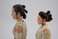 Hot Toys Rey vs DS Elite Premium Rey - Free Standing - Portrait Right Side View (drj1828) Tags: starwars theforceawakens rey figure actionfigure sideshow hottoys purchase disneystore eliteseries premium posable 10inch 11inch sideshowcollectibles deboxed sidebyside