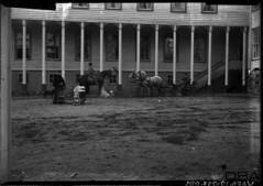 GIM-10_057f (dbagder) Tags: norway barn nor hus hester kristiansand dyr vinduer arkitektur leker trehus syler klr mennesker vestagder kjrety fasader kusker vogner eksterir drakter herregrder