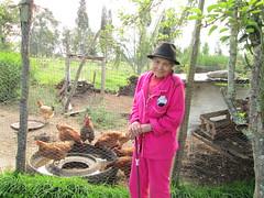 LA ABUELITA HELENA Y SUS GALLINITAS (maralolita1966) Tags: travel canon colombia paz campo finca abuelitas colombiano boyaca tranquilidad vejez dulzura galpon sencillez travelcolombia