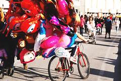 IMGP0550 (maurizio siani) Tags: napoli naples italia italy pentax k70 novembre autunno 2016 18135 18135mm lungomare caracciolo pallone palloncini mattina giornata colore colorato pupazzo cartone animato bicicletta ragazzo venditore people felicità allegria bambini gioco giocare volo volare fly leggerezza leggero light
