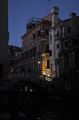Italien Venedig DSC_0657A (reinhard_srb) Tags: italien venedig lagune insel meer stadt urlaub freizeit reise ferien tourismus brücke geländer blaue stunde kanal abend licht schein lampe häuser fenster schornsteine rauchfang