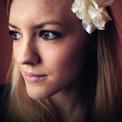 .. (Frk Martine) Tags: flower flowergirl portrait portraits photoshop photoshopped photoshopportrait portrett jente girl norwegian norwegiangirl blondhair colorportrait