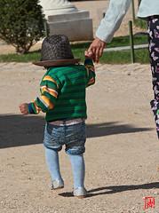 Chapeau...les premiers pas à Versailles pour ce bébé (mamnic47 - Over 7 millions views.Thks!) Tags: versailles chateaudeversailles lesgens yvelines img1502 enfant