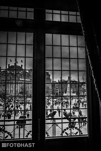 Doorkijkje vanuit het paleis naar het monument
