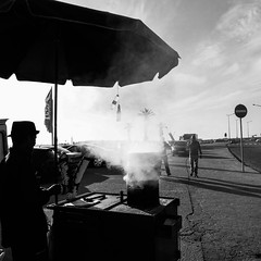 Castanhas assadas / roasted chestnuts (Francisco (PortoPortugal)) Tags: 2202016 20161026fpbo4398 pb bw monocrome pessoas people fozdodouro porto portugal portografiaassociaofotogrficadoporto franciscooliveira