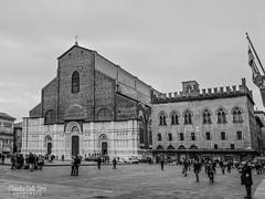 Bologna (Claudia Celli Simi) Tags: bologna italia centro bw bn biancoenero blackandwhite blackandwhitephoto contrasto monocromo cattedrale sanpetronio piazzamaggiore piazzagrande