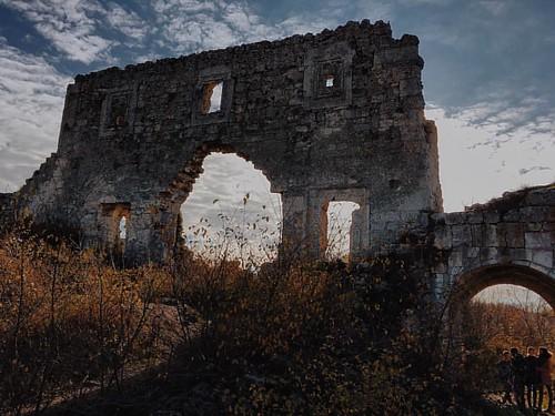 Цитадель Мангуп, вернее то, что от неё осталось и восстановили. Хорошая выдалась прогулка, спасибо всем причастным😉😃#crimea #мангуп #турвыходногодня