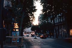 Rue Saint-Antoine au couchant (papposilene) Tags: france paris bastille citylife canoneos3 analog filmphotography kodakektar100