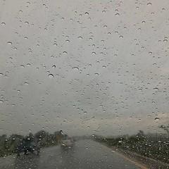 ล้างรถมาเมื่อเที่ยง วิ่งกลับทางยางซ้าย ฝนตกหนักสิครับ ทางโตโยต้า เบาแล้ว อืม แต่ก็ดีกว่าเมื่อวานล่ะนะ
