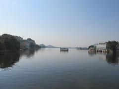 """Udaipur: de l'autre côté de la rive <a style=""""margin-left:10px; font-size:0.8em;"""" href=""""http://www.flickr.com/photos/127723101@N04/21973893024/"""" target=""""_blank"""">@flickr</a>"""
