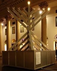 Einsam steht ein Leuchter fr das jdische Lichterfest auf einem Platz neben einer belebten Einkaufsstrasse in Mailand. Nach der polnischen oder sterreichischen Tradition wurde er von rechts angezndet. () Tags: milan milano piazzasancarlo mailand leuchter lichterfest