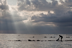 Kid fishing under holy lights, Nusa Lembongan (Daniel Salgado Lemos) Tags: seleccionar