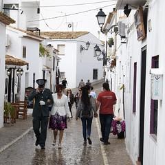 Dos de dos y un tricornio (Pilonga) Tags: gala carrer poble parelles rastes triconio uniforme gentdepoble fiestanacional queranciocasitodo