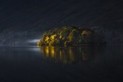 Dark Isle (Vemsteroo) Tags: derwentwater cumbria lakedistrict island autumn fall dark reflection water hills fells morning sunrise landscape nature trees beautiful moody dramatic epic 5d mkiii 70200mm leefilters circularpolariser outdoors visitbritain mist misty atmospheric