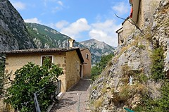 towards the mountain (Stefano Bendandi) Tags: trees sky mountain alberi buildings rocks case cielo rocce montagna abruzzo castrovalva bellabruzzo