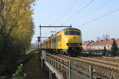 Plan V 466 en 464(Arnhem Presikhaaf 31-10-2015) (Ronnie Venhorst) Tags: road railroad holland station train canon eos rebel nacht outdoor ns d arnhem nederland plan eisenbahn rail railway zug bahnhof railwaystation v rails vehicle emu cs locomotive t3 avond bahn 900 trein spoor donker gebouw centraal stations 1100 spoorwegen 958 nsr spoorweg sprinter 466 nederlandse 2015 stoptrein presikhaaf 464 planv treinstel mat64 1100d materieel stationsgebouw eos1100d spoormaterieel eos1100