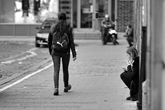 Wroclaw / Breslau (Agentur snapshot-photography) Tags: 012300 alltag arbeitspause bevlkerung breslau europa europischekulturhauptstadt2016 frau frauen gesundheit landscape landschaft landschaften landschaftsaufnahme lebenswelten mittag mittagszeit momentaufnahme niederschlesien personen poland polen rauchen raucher raucherpause schlesien schnappschuss stadt stadtansichten stdte stadtlandschaft strassenszene streetphotography tageszeit urbanlandscape warten woman women wroclaw zigarettenpause zigarettenraucher dolnoslaskie pol