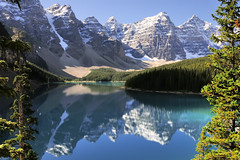Rocky Mountains landscape - Moraine Lake, Banff National Park, Alberta (edk7) Tags: sky cloud mountain snow canada reflection tree water rock landscape rockies alberta rockymountains 2008 banffnationalpark morainelake nikond300 edk7 nikonnikkor18200mm13556gedifafsvrdx