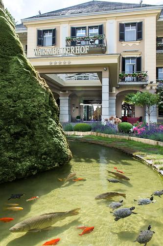 Hotel Warmbaderhof mit Brunnen am Eingang