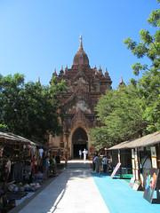 """Old Bagan: le temple Htilominlo. Mister J croyait emmener Miss V dans une avant-dernière pagode. Euuuh, ne l'aurait-on pas déjà vue hier Mister J? <a style=""""margin-left:10px; font-size:0.8em;"""" href=""""http://www.flickr.com/photos/127723101@N04/23333260202/"""" target=""""_blank"""">@flickr</a>"""