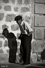 Ni la sombra de lo que era... (photoschete.blogspot.com) Tags: canon 70d eos sigma espaa spain avila castillaleon blanconegro blackwhite monocromo social urbana urban seor mr persona person