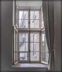 Par la fenêtre... (josboyer) Tags: universitéconcordia atelier vacancesphoto fenêtre vue window chambre