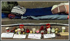 """""""Geschftsidee"""" eines Obdachlosen am Rande des Dsseldorfer Weihnachtsmarktes. Bitte, bitte legt ihm paar Euro ins richtige Becherchen. (Horst Erkrath) Tags: erkrath horstbostelmann weihnachtsmarkt dsseldorf altstadt weihnachten glhwein maronen rathaus handwerk vorweihnachtszeit eierpunsch punsch riesenrad kunsthandwerk"""