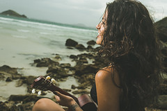 Soul Surf (Cadu Dias) Tags: manhã nikon df book brazil brazilian brasil praia beach arraial do cabo arraialdocabo cadu dias cadudias cadupdias day nikondf female feminilidade woman girl mulher prime lens portrait retrato people ritratti monocromático surfe ukulele musica music