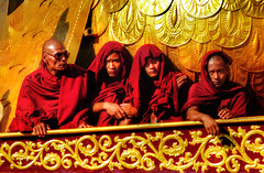 Goodfellas (Saint-Exupery) Tags: leica gold candid burma monk myanmar inlelake monje robado birmania lagoinle