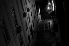 Aux heures ou la foule s'évapore (Marty Gazio) Tags: lisbonne portugal nuit night nb noiretblanc silouettes femme rue ruelle street urbain light lumière