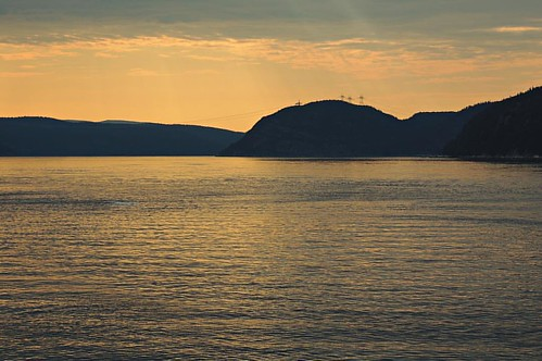 Cruzando en ferry hacia Tadoussac, el lugar desde donde ver las ballenas en la ría del St. Laurent, Quebec. #quebec #tadoussac #whales #ferry #sunset #river #reflection