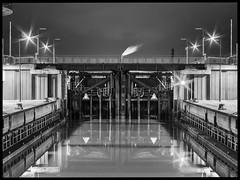 Nachtschleuse (Silaris Inc.) Tags: wasser spiegelung schleuse nacht schwarzweis beleuchtung langzeitbelichtung lichter schwarzwei bremerhaven bremen deutschland de