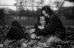 Amistad (II) (kanjungla) Tags: kanjungla posado femenina hojas amistad dos bn bw virado