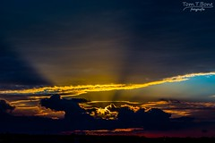 Hinter den Wolken (Tom.T.Bone) Tags: canon eos 700d iso100 70200 70200mm l 40 f40 f80 apsc sonne sun wolke wolken cloud clouds sky heaven sunbeam sonnenstrahl sonnenstrahlen sunbeams horizont horizon 70mm schwarz black orange lserie 6