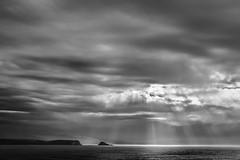Rayos en el mar (ccc.39) Tags: asturias gozn cantbrico mar sea nublado nuboso rayos contraste costa seaside coast bw byn monochrome negro blanco