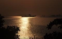 18:10 p.m... voltando pr SAMPA! (Ruby Ferreira ) Tags: bay baadaguanabara prdosol sunset sparkling branches silhuetas silhouettes ponterioniteri marolas waves
