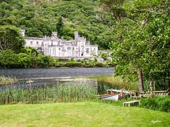 Ireland_Connemara_Kylemore Abbey (regis.muno) Tags: ireland irlande connemara irlandedelouest westireland connemaranationalpark greenireland verteirlande green pays country land kylemoreabbey lake lac barque boat