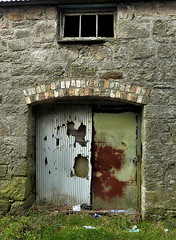 St Dennis (leavesandpuddles) Tags: restormel stdennis doorway door barn barns ruraldecay porte claycountry outhouse rusty corrosion arch