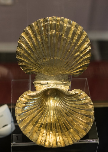 Silver-gilt pyxis in the form of Pecten jacobaeus from the tomb of Seuthes III