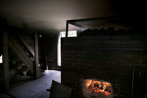 Hirvihaaran Kartanon aito savusauna lämmitetään puilla