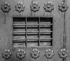 Ventana de la puerta (Eduardo Estéllez) Tags: ventana puerta reja enrejado madera hierro apliques adornos viejo antiguo historia blancoynegro monocromo horizontal nadie alcazaba antequera malaga andalucia españa estellez eduardoestellez