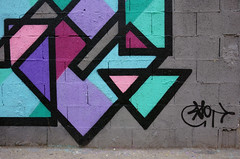 Sreet art geometrica.Geometric street painting (street art) (sandroraffini) Tags: abstract street painting art decorazione traditional innovative tradizionale innovativo colori vividi vivid colors violet fucsia cyan purple black urban exploration details valencia old town spain spagna raw wall effimero colorful joy grey surprising sorprendente sandroraffini firma signature sony rx100