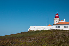 cabo da roca leuchtturm (maikepiel) Tags: blue red summer sky lighthouse house green rot portugal cabo sommer hill himmel haus da gras blau roca leuchtturm hgel grn