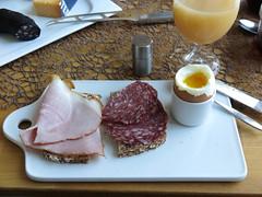 Krustenbraten und Salami auf Dinkelbrot zum Frhstcksei (multipel_bleiben) Tags: essen frhstck brot typischdeutsch