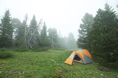 Les brumes (Samuel Raison) Tags: mist mountain fog montagne nikon vercors brouillard tente mountainhardwear brumes hautsplateauxduvercors parcnaturelrégionalduvercors nikond3 mountainhardweartrango31 nikon41635mmafsgvr tentemountainhardwear