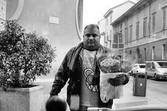 il venditore di rose (Davide Comotti) Tags: fotografia etica lodi bw ritratto portrait