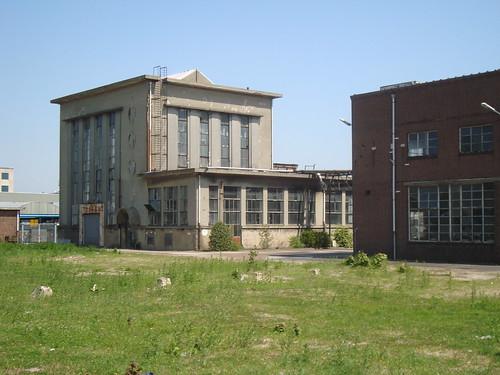 Oud verlaten gebouw van Balamundi met krachtcentrale te Huizen.
