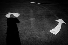 Je me fais tourner la tête (cactus2016) Tags: autoportrait noiretblanc ombres blackandwhite monochrome signalisation
